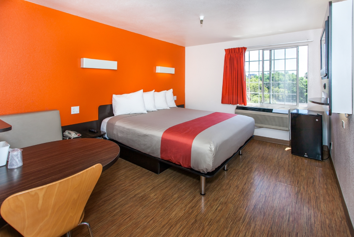 No-Frill Motel 6 hotel is very easy on the pockets because its cheap